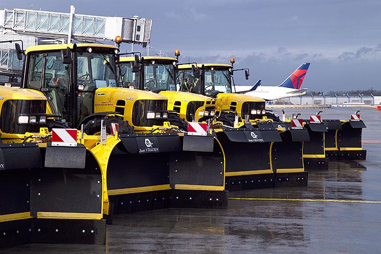 Groupe d'engin de déneigement sur piste d'aéroport