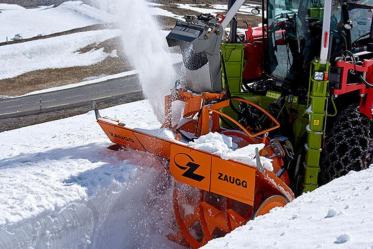 Vue rapprochée d'une turbofraise en action dans la neige