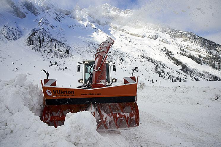 Turbofraise en action sur une route de montagne enneigée